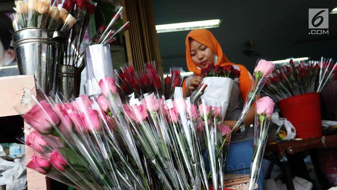 Pedagang merapikan bunga mawar yang dijual di kawasan Tangerang, Banten, Selasa (13/2). Jelang Valentine atau Hari Kasih Sayang, para pedagang bunga mawar mulai kebanjiran pesanan. (Liputan6.com/Angga Yuniar)