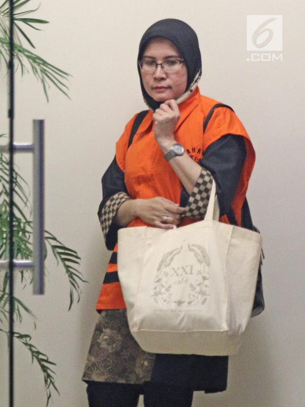 Tersangka Hakim Pengadilan Negeri Tangerang, Wahyu Widya Nurfitri kenakan rompi oranye setelah diperiksa di gedung KPK, Jakarta, Selasa (13/3). Wahyu menerima suap dari dua pengacara Agus Wiratno dan HM Saifudin. (Liputan6.com/Herman Zakharia)
