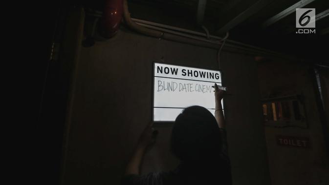 Seorang petugas Bioskop Tunantra menulis di papan pengumuman jelang pemutaran film di Bioskop Bisik di Pavilliun 28, Jakarta, Minggu (14/1). Hal ini membuat menonton bioskop bukan menjadi hal mustahil lagi bagi tunanetra. (Liputan6.com/Faizal Fanani)