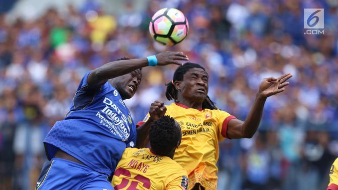 Penyerang Persib, Ezechiel Ndouasel (kiri) berebut bola atas dengan pemain Sriwijaya FC, Bio Paulin pada laga pembuka Piala Presiden 2018 di Stadion GBLA, Bandung, Selasa (16/1). Persib unggul 1-0. (Liputan6.com/Helmi Fithriansyah)