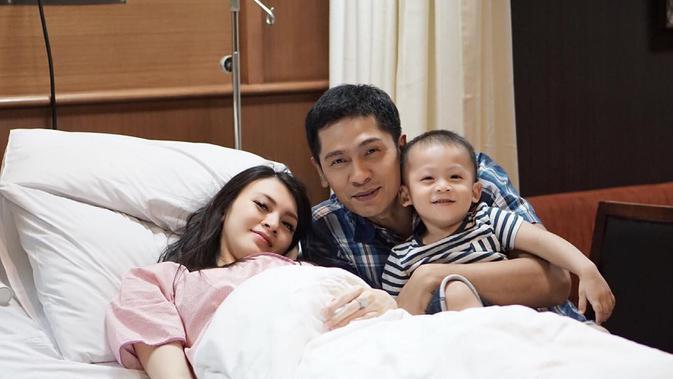 Saat suami Donita itu harus membisikan lafaz Allah, sang bayi sudah berada di dalam tabung oksigen. (Instagram/adinugroho_st)