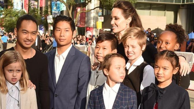 Angelina Jolie berusaha menyingkirkan drama perceraian yang menimpanya dan Brad Pitt, mengajak anak-anaknya berliburan (AFP Photo)