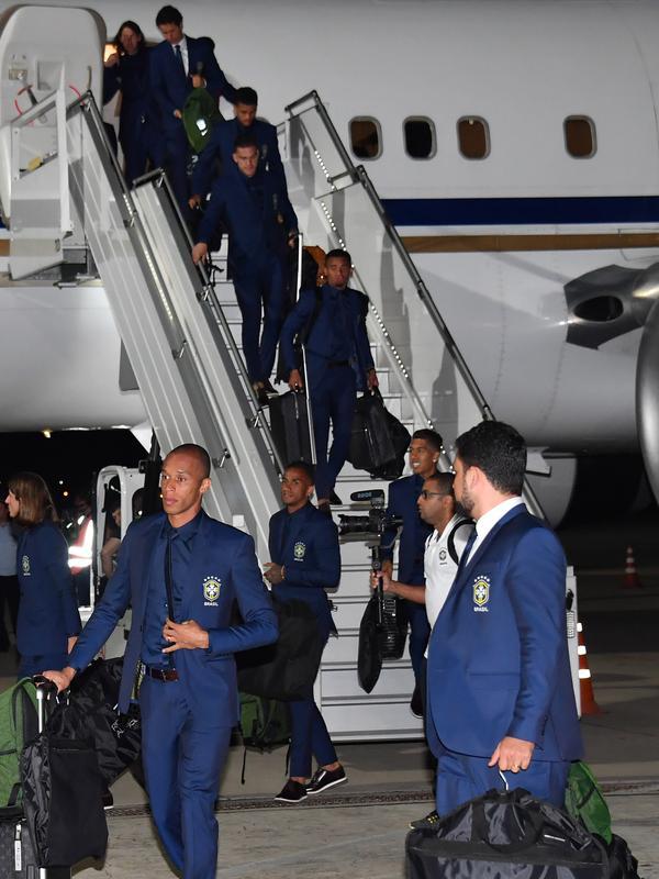 Para pemain Brasil turun dari pesawat saat kedatangan tim di Bandara Sochi, di Rusia (11/6). Di Piala Dunia 2018, timnas Brasil berada di Grup E bersama Swiss, Kosta Rika dan Serbia. (AFP Photo/Nelson Almeida)