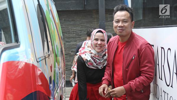 Angel Lelga tertawa malu usai disuapi makanan oleh Vicky Prasetyo di kawasan Tendean, Jakarta, Selasa (9/1). Angel dan Vicky menjadwalkan waktu resepsi pernikahannya pada 9 dan 10 Februari 2018. (Liputan6.com/Herman Zakharia)