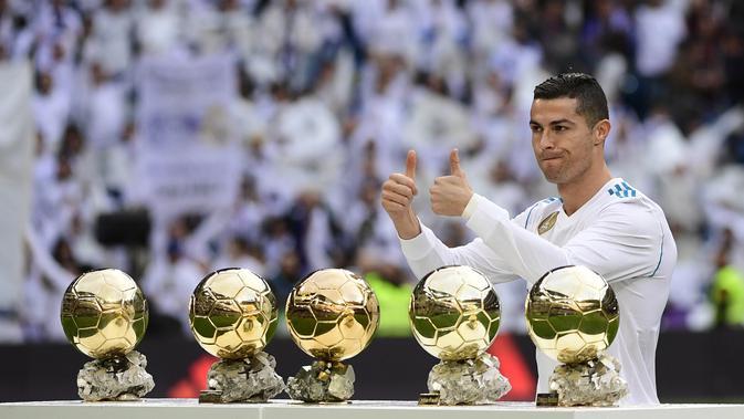 Ronaldo meraih gelar kelima Ballon d'Or atau sama dengan raihan Lionel Messi. (AFP/Pierre-Phileppe Marcou)