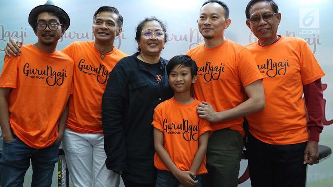 Para Pemain film Guru Ngaji foto bersama usai memberi keterangan pers di Jakarta, Rabu (14/3). Film ini bercerita tentang keikhlasan, kejujuran, dan toleransi dari kehidupan seorang guru ngaji. (Liputan6.com/Immanuel Antonius)