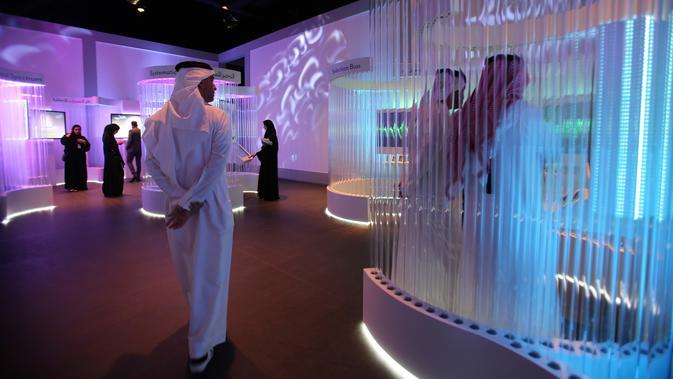 Staf pemerintah dari seluruh dunia mengunjungi Museum Masa Depan di World Government Summit di Dubai, Uni Emirat Arab (12/2). Museum ini menampilkan inovasi dalam desain dan teknologi. (AP Photo / Kamran Jebreili)