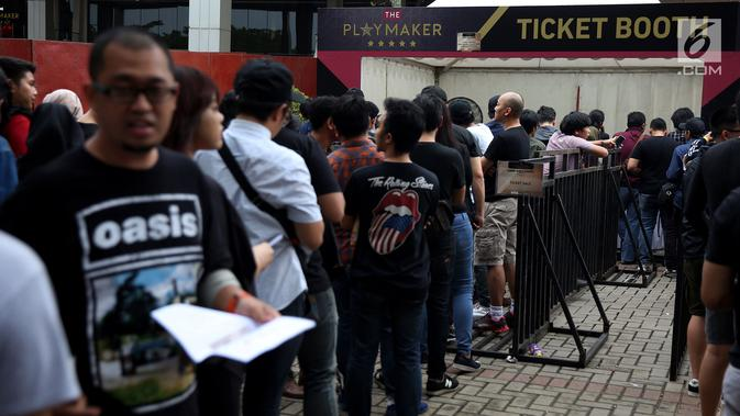 Penonton mengantre tiket masuk konser Liam Gallagher di Ecovention Ancol, Jakarta Utara, Minggu (14/1). Liam Gallagher sendiri sudah berada di Jakarta sejak Sabtu (13/1/). (Liputan6.com/JohanTallo)