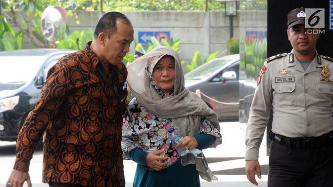 Ekspresi Kasi Dinkes Bengkulu Selatan Wati saat tiba di Gedung KPK, Jakarta, Rabu (16/5). Wati terjaring dalam OTT KPK di rumah pribadi Bupati Bengkulu Selatan Dirwan Mahmud terkait suap proyek. (Merdeka.com/Dwi Narwoko)