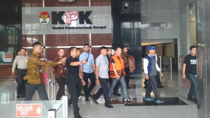 Fredrich Yunadi keluar dari ruang pemeriksaan KPK, Jakarta. (Liputan6.com/Moch Harun Syah)