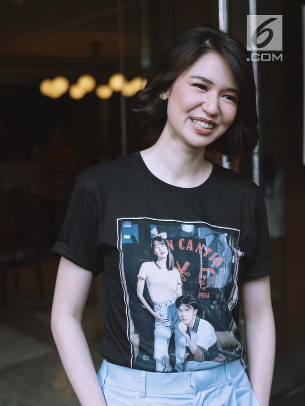 Aktris Laura Basuki berpose saat sesi foto usai jumpa pers film Terbang Menembus Langit dikawasan Jakarta, Senin (16/4). Film tersebut diambil dari kisah nyata perjuangan hidup putra Tarakan, Kalimantan Utara. (Liputan6.com/Faizal Fanani)