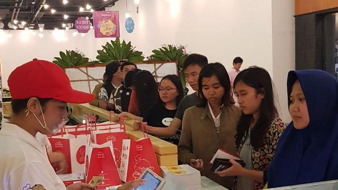 Antrean pembeli Cheesecake Uncle Tetsu di Paris Van Java Mall (Liputan6.com/Novi Nadya)