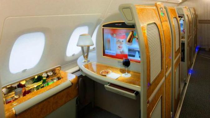 Kabin kelas satu Emirates dilengkapi dengan mini bar pribadi (Emirates Airlines)