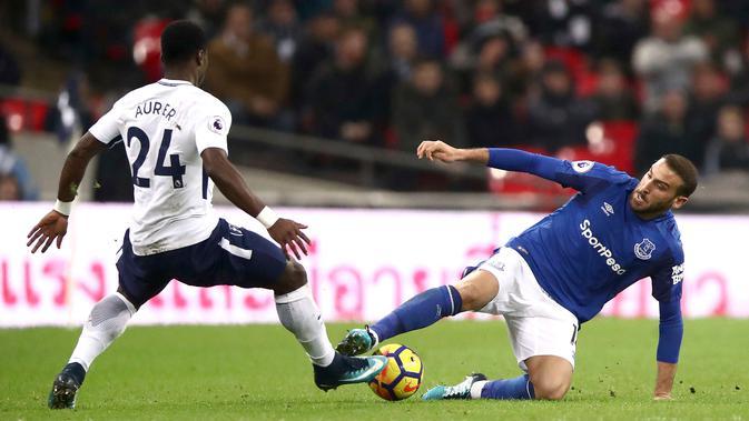 Striker Everton Cenk Tosun berebut bola dengan pemain Tottenham Hotspur Serge Aurier saat pertandingan Liga Primer di Stadion Wembley, London (13/1). Tottenham menang telak 4-0 atas Everton. (John Walton/PA via AP)