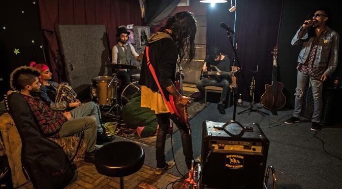Sebuah band yang bernama Nicolas nao tem Banda bermain musik di gedung 'Ocupa Ouvidor 63' di Sao Paulo, Brasil (28/6). (AFP Photo/Nelson Almeida)