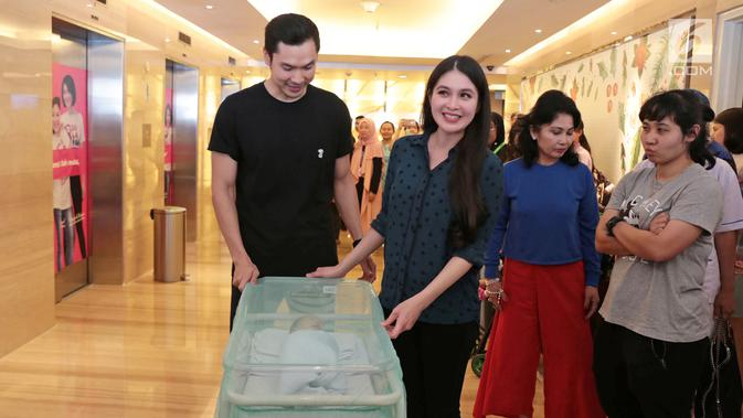 Sandra Dewi dan suami, Harvey Moeis, memperkenalkan putra pertamanya yang diberi nama Raphael Moeis pada 31 Desember 2017. (Liputan6.com/ Herman Zakharia)