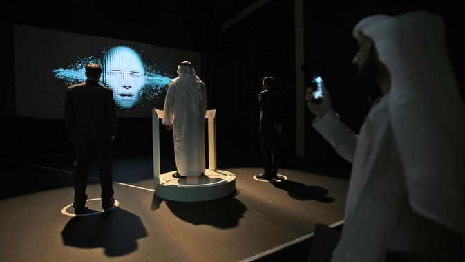 Seorang pria mencoba simulasi di Museum Masa Depan di World Government Summit di Dubai, Uni Emirat Arab (12/2). Museum ini menyediakan laboratorium inovasi dan ruang pamer berbagai bidang. (AP Photo / Kamran Jebreili)