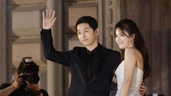 Song Hye Kyo dan Song Joong Ki mulai dikabarkan dekat setelah bermain dalam drama Descendants of the Sun (Naver)
