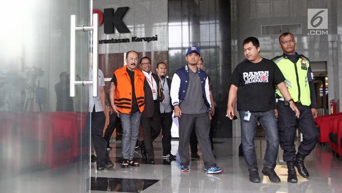 Fredrich Yunadi mengenakan rompi tahanan usai diperiksa di gedung KPK, Jakarta, Sabtu (13/1). Fredrich Yunadi menjadi tersangka kasus dugaan merintangi penyidikan perkara e-KTP yang melibatkan mantan Ketua DPR Setya Novanto. (LIputan6.com/Pool/Dedy)
