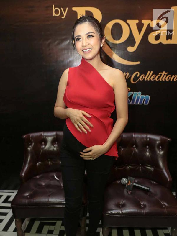 Artis Franda berpose memegang perutnya yang sedang hamil saat hadir sebagai pembicara dalam media talkshow