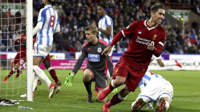 Pemain Liverpool, Roberto Firmino merayakan golnya ke gawang Huddersfield Town pada lanjutan Premier League di John Smith's Stadium, Huddersfield, (30/1/2018). Liverpool menang 3-0. (Martin Rickett/PA via AP)