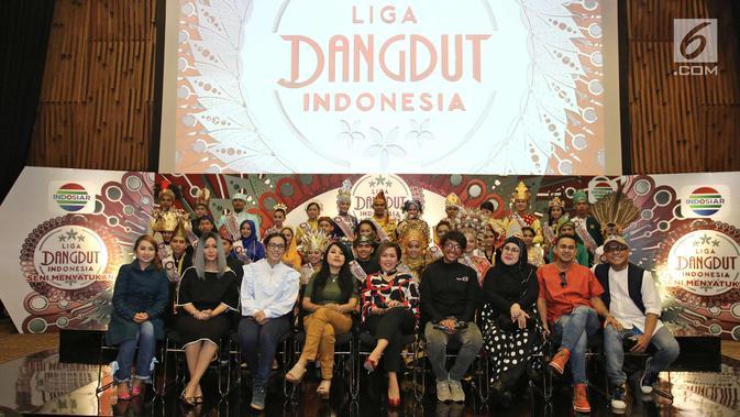 Dewan dangdut dan promotor foto bersama dengan peserta Liga Dangdut Indonesia di SCTV Tower, Jakarta, Jumat (12/1). (Liputan6.com/Herman Zakharia)
