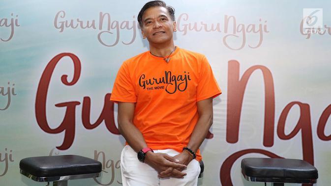 Aktor Donny Damara berpose usai memberi keterangan pers film terbarunya yang berjudul Guru Ngajidi Jakarta, Rabu (14/3). Film ini bercerita tentang keikhlasan, kejujuran, dan toleransi dari kehidupan seorang guru ngaji. (Liputan6.com/Immanuel Antonius)