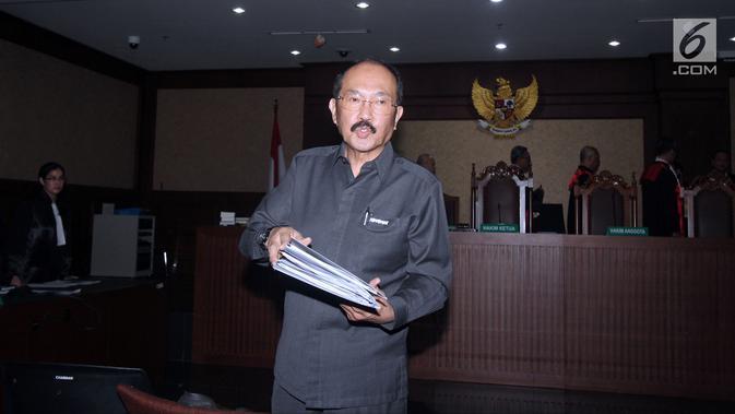 Mantan kuasa hukum terdakwa dugaan korupsi pengadaan e-KTP Setya Novanto, Fredrich Yunadi usai menjalani sidang perdana di Pengadilan Tipikor, Jakarta, Kamis (8/2). Sidang mendengar dakwaan Jaksa Penuntut Umum. (Liputan6.com/Helmi Fithriansyah)