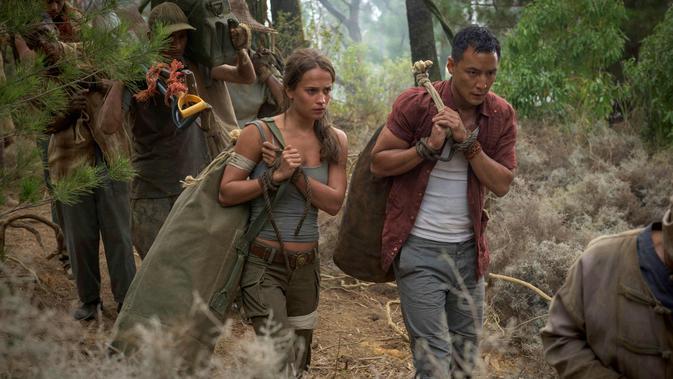 Alicia Vikander beradu akting dengan aktor Daniel Wu di film Tomb Raider. Tomb Raider merupakan film aksi petualangan 2018 disutradarai Roar Uthaug ditulis oleh Geneva Robertson-Dworet dan Alastair Siddons. (Ilze Kitshoff /Warner Bros. Pictures via AP)
