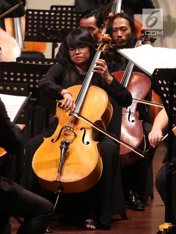 Pemain orkestra menghayati saat tampil dalam konser JCP di Taman Ismail Marzuki, Jakarta, Rabu (16/5). Tiga karya komposer yang ditampilkan dalam konser ini adalah Bedrich Smetana, Claude Debussy, dan Alexander Arutiunian. (Liputan6.com/Arya Manggala)