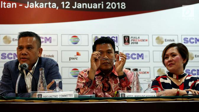 Ketua OC Piala Presiden 2018 Berlinton Siahaan, SC Piala Presiden Misbakun, dan Direktur Program SCM Harsiwi Achmad saat konferensi pers, Jakarta, Jumat (12/1/2018). Laga final Piala Presiden dijadwalkan pada 17 Februari 2018. (Liputan6.com/JohanTallo)