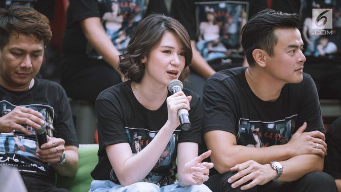 Aktris Laura Basuki memberi keterangan saat jumpa pers film Terbang Menembus Langit dikawasan Jakarta, Senin (16/4). Laura Basuki dan Dion Wiyoko merupakan pemeran utama dalam film tersebut. (Liputan6.com/Faizal Fanani)