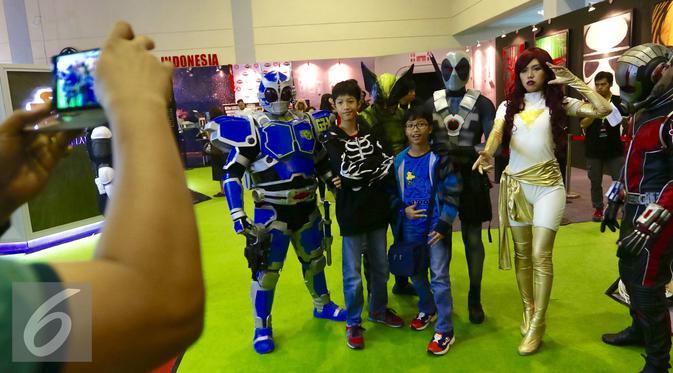 Pengunjung berfoto bersama para tokoh comic con di pameran Indonesia Comic Con di JCC, Jakarta, Sabtu (14/11). Lebih dari 80 produk baru dan eksklusif diperkenalkan pada pameran tersebut. (Liputan6.com/Fery Pradolo)