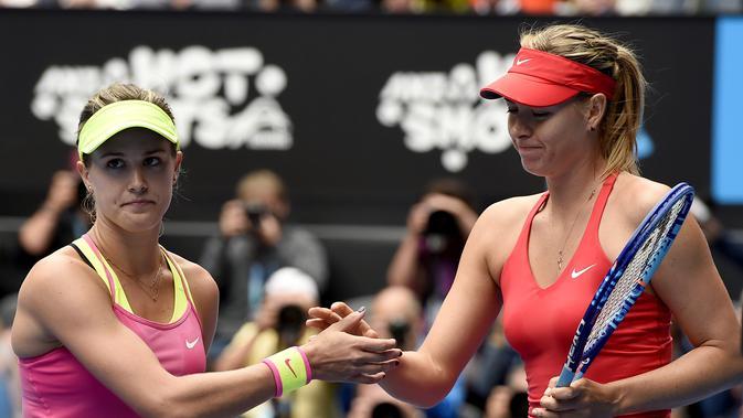 Maria Sharapova (kanan) mengalahkan Eugenie Bouchard pada perempat final Australia Terbuka 2015. Kedua petenis berpotensi bertemu di babak kedua Madrid Open 2017. (AP Photo/Andy Brownbill)