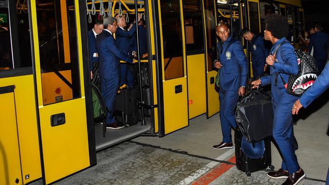 Para pemain Brasil menaiki bus saat tiba di Bandara Sochi, di Rusia (11/6). Di Piala Dunia 2018, timnas Brasil berada di Grup E bersama Swiss, Kosta Rika dan Serbia. (AFP Photo/Nelson Almeida)