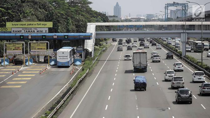 Suasana saat kendaraan roda empat melintas di Tol Jagorawi, Jakarta, Jumat (6/4). Aturan ganjil genap untuk ruas Tol Jagorawi akan berlaku di Pintu Tol Cibubur 2 arah Jakarta. (Liputan6.com/Faizal Fanani)