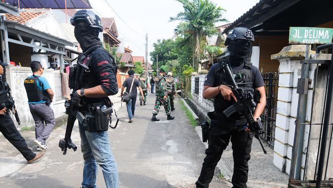 Densus 88 Antiteror Mabes Polri saat penangkapan terduga teroris di Jalan Gempol Raya, Kunciran Indah, Tangerang, Banten, Rabu (16/5). Terduga teroris yang ditangkap terdiri dari tiga laki-laki dan seorang perempuan. (DEMY SANJAYA/AFP)