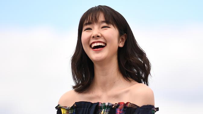 Erika Karata tertawa saat tiba menghadiri pemutaran film