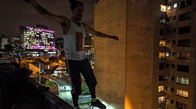 Seniman sirkus Kolombia, Aron Gordillo Lopez berlatih keseimbangan di pinggir gedung 'Ocupa Ouvidor 63' di Sao Paulo, Brasil (28/6). (AFP Photo/Nelson Almeida)
