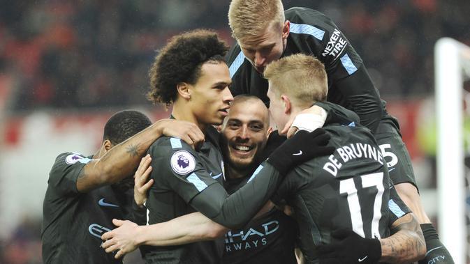 Para pemain Manchester City merayakan gol David Silva saat melawan Stoke City pada lanjutan Premier League di Bet 365 Stadium, Stoke, (13/3/2018). Manchester City menang 2-0.  (AP/Rui Vieira)