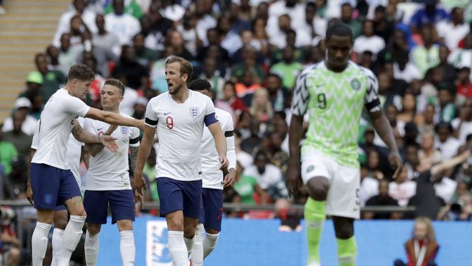 Harry Kane (tengah) ketika tengah merayakan golnya ke gawang Nigeria pada laga uji coba, di Stadion Wembley, Sabtu (2/6/2018). (AP/Matt Dunham)