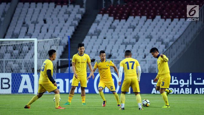 Pemain Song Lam Nghe An melakukan latihan resmi jelang melawan Persija pada laga penyisihan grup H Piala AFC 2018 di Stadion GBK Jakarta, Selasa (13/3). Persija akan menjamu Song Lam Nghe An, Rabu (14/3). (Liputan6.com/Helmi Fithriansyah)