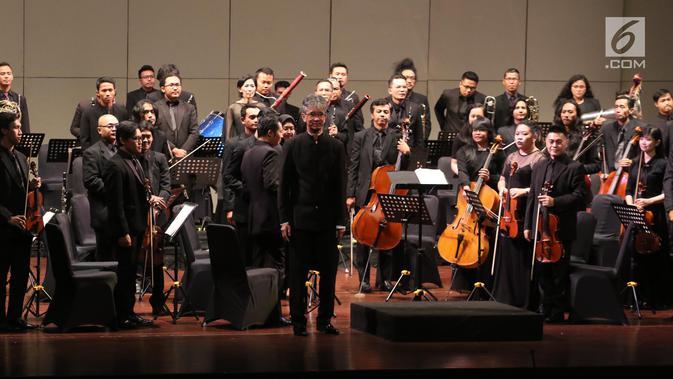 Para pemain memberi penghormatan kepada penonton usai tampil dalam konser Jakarta City Philharmonic (JCP) di Taman Ismail Marzuki, Jakarta, Rabu (16/5). (Liputan6.com/Arya Manggala)