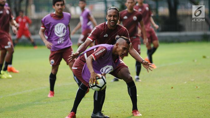 Pemain Persija, Marko Simic (tengah) saat latihan jelang laga Piala AFC 2018 di Lapangan A Senayan, Jakarta, Selasa (13/3). Persija akan menjamu Song Lam Nghe An pada kualifikasi grup H Piala AFC 2018, Rabu (14/3). (Liputan6.com/Helmi Fithriansyah)