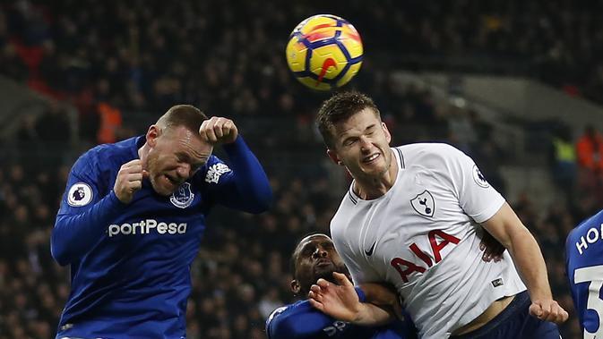 Striker Everton Wayne Rooney berebut bola di udara dengan bek Tottenham Hotspur Eric Dier saat pertandingan Liga Primer di Stadion Wembley, London (13/1). Dalam pertandingan ini Harry Kane menyumbang dua gol untuk Tottenham. (AFP Photo/Ian Kington)