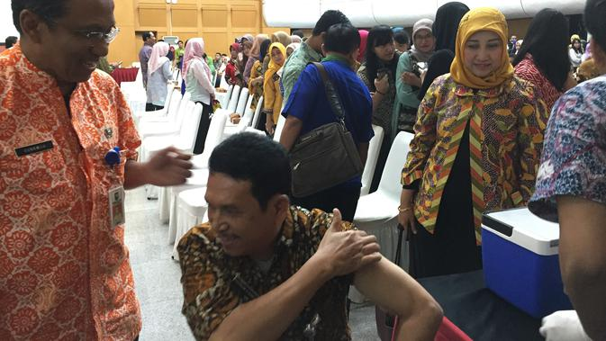 Lingkungan Kementerian Dalam Negeri (Kemendagri) dan Badan Nasional Pengelola Perbatasan (BNPP) mengikuti vaksinasi Difteri yang dilakukan Dinas Kesehatan DKI Jakarta. (Liputan6.com/Devira)