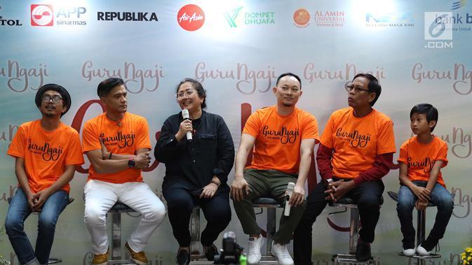 Para Pemain film Guru Ngaji memberi keterangan pers di Jakarta, Rabu (14/3). Film ini bercerita tentang keikhlasan, kejujuran, dan toleransi dari kehidupan seorang guru ngaji. (Liputan6.com/Immanuel Antonius)