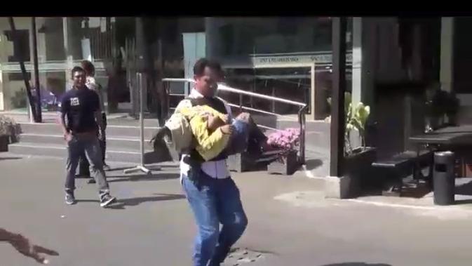 AKBP Ronny Faisal Faton, Kasat Narkoba Polrestabes, selamatkan seorang anak dalam serangan bom bunuh diri. (Liputan6.com/Dhimas Prasaja)