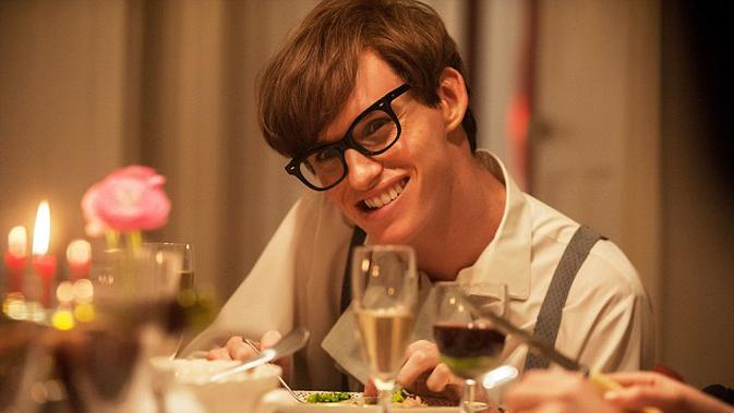 Eddie Redmayne berperan sebagai Stephen Hawking dalam film  The Theory Of Everything