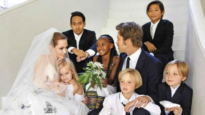 Angelina Jolie dan Brad Pitt bersama enam anaknya (YouTube/E!)